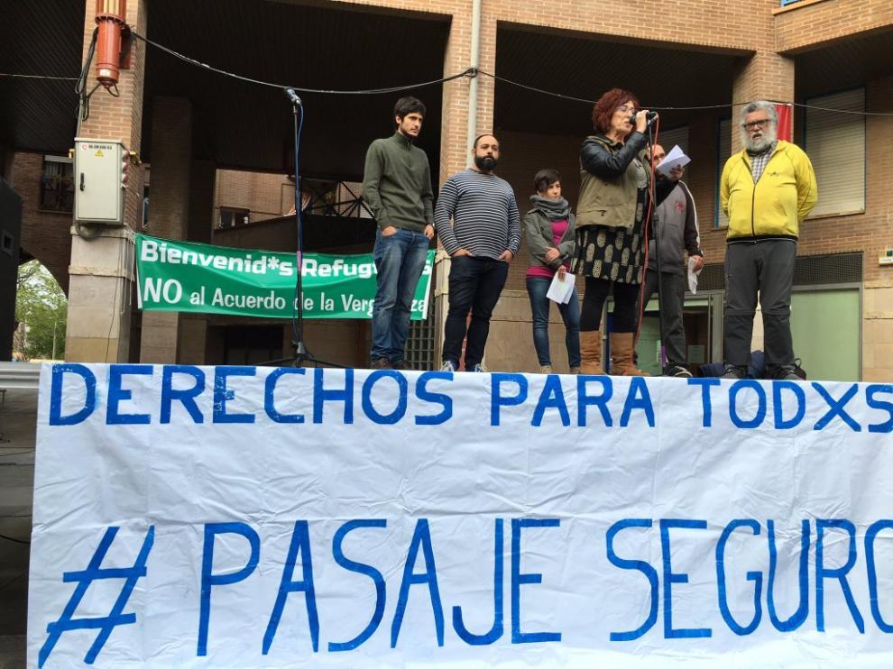 Vigilia por los refugiados en la plaza San Bruno de Zaragoza.