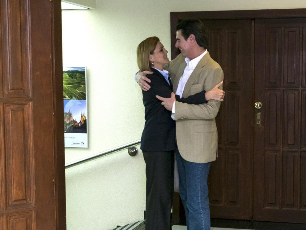 José Manuel Soria y María Dolores de Cospedal se abrazan a su llegada al Comité Ejecutivo del PP en Canarias.
