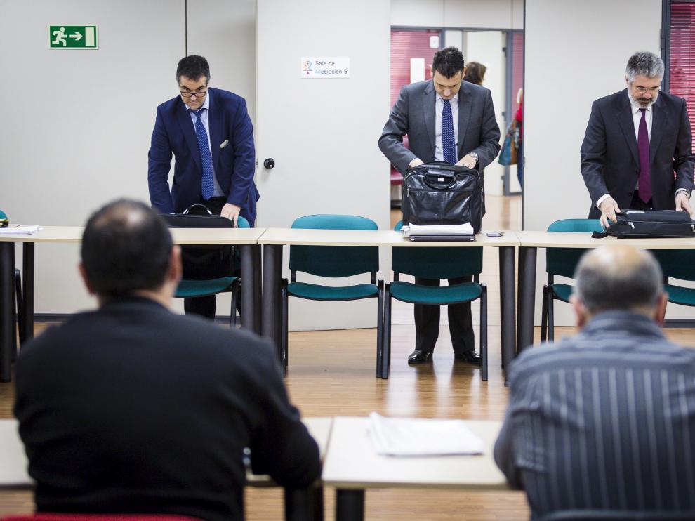 En el centro,  Manuel Ramo, gerente de Auzsa. Frente a él, los representantes de los trabajadores.