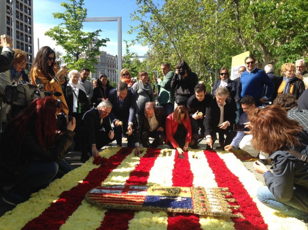 Santisteve, Pérez y otros políticos colaboran en la elaboración de la bandera de Aragón.