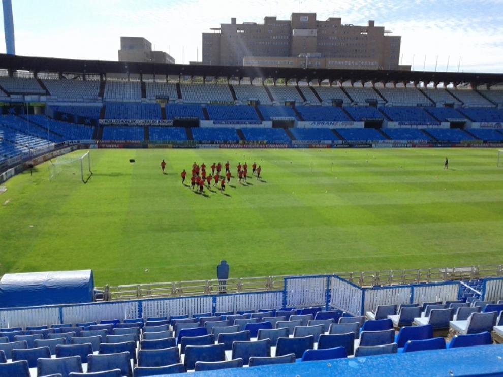 La plantilla del Real Zaragoza, al inicio del entrenamiento de este sábado en La Romareda.