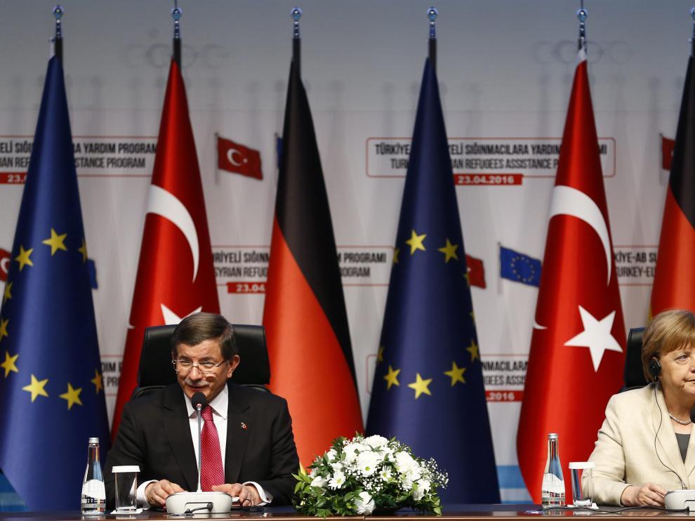 Angela Merkel y Ahmet Davutoglu