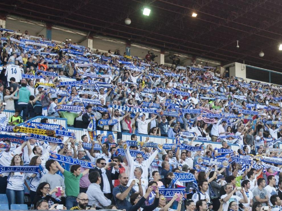 La afición de La Romareda, en un graderío repleto, apoya al Real Zaragoza en el choque de la promoción ante Las Palmas el pasado mes de junio.