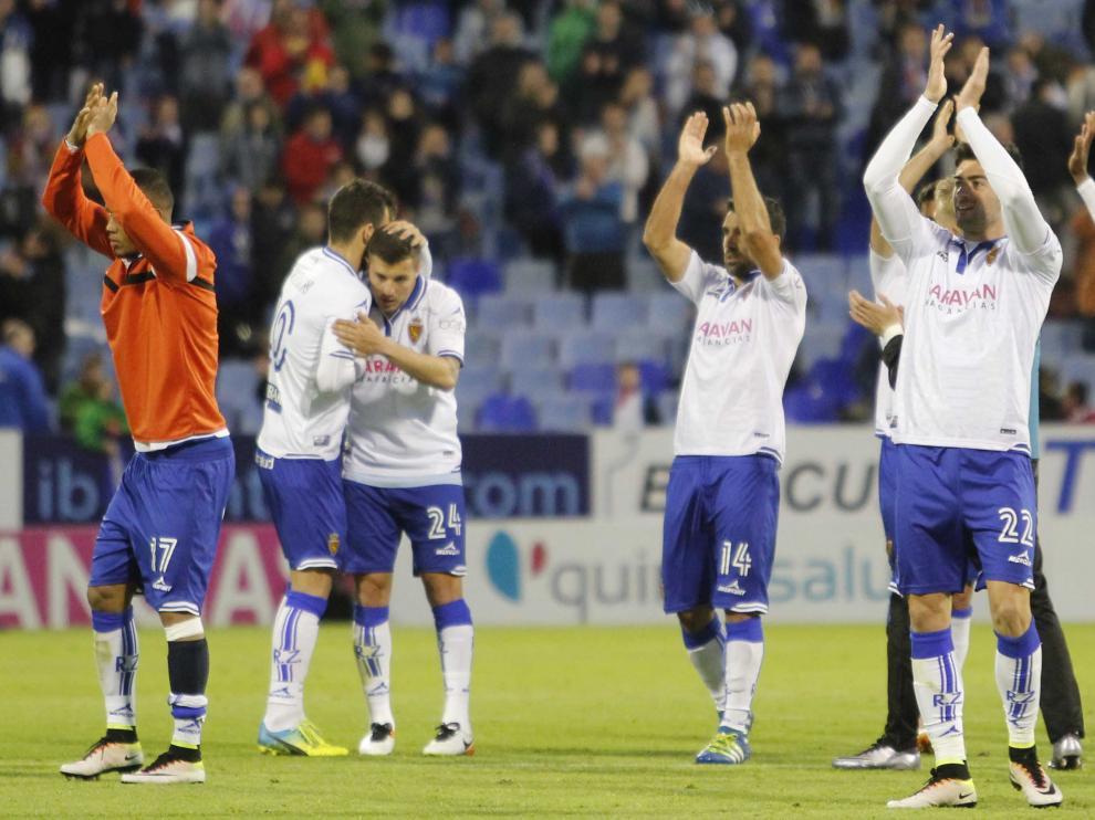 Los jugadores del Real Zaragoza agradecen el apoyo a la afición tras la victoria contra el Alcorcón