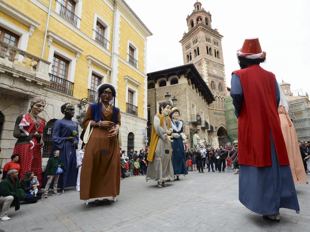 Los gigantes de Ontinyent bailan en la plaza de la Catedral mientras los turolenses esperan a las puertas del Ayuntamiento.