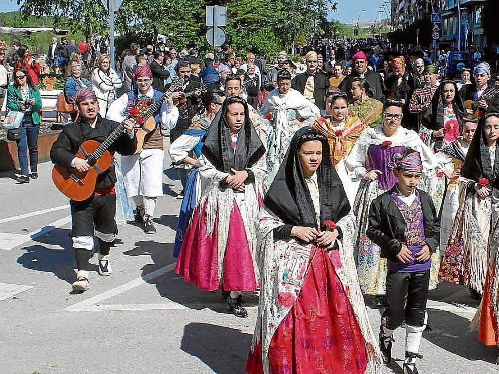 Desfile de niños y jóvenes por la avenida de los Reyes Católicos, aunque también se vieron una veintena de 'dones de faldetes' o yayas.