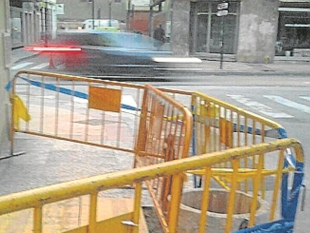 Un agujero de metro y medio en la calle de Santo Dominguito de Val.