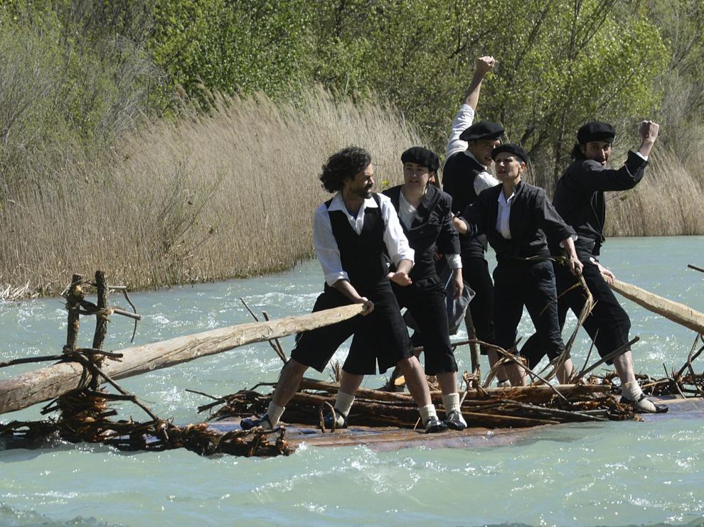 Los navateros saludan al público durante un espectacular descenso por el abundante caudal que llevaba ayer el río Gállego.