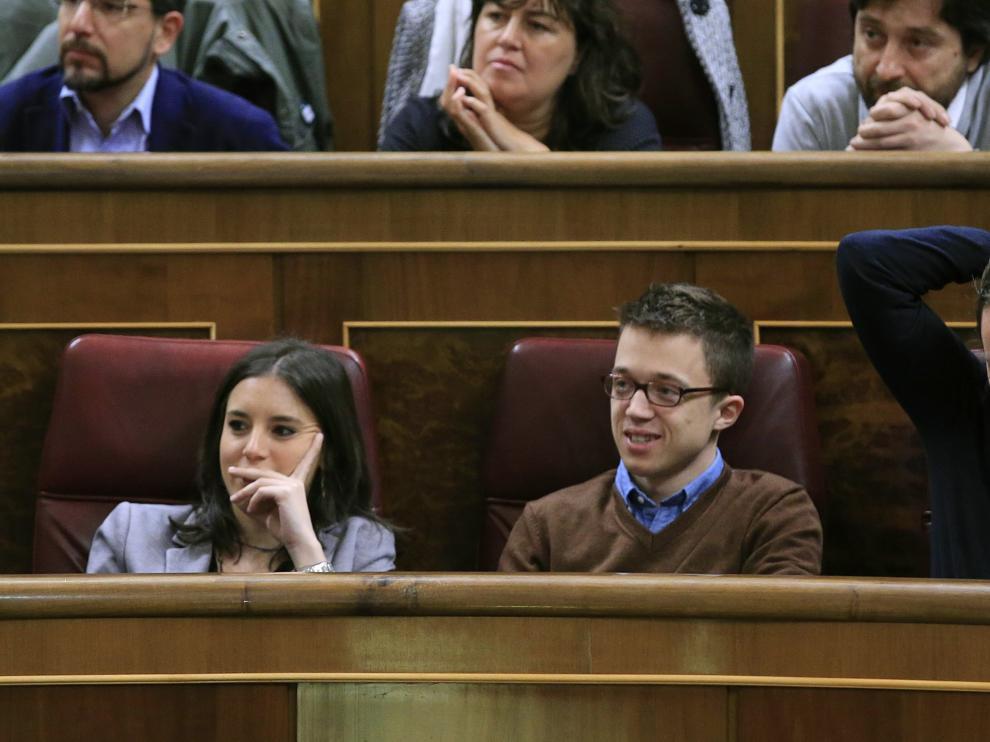 El líder de Podemos, Pablo Iglesias (d), el portavoz del partido, Íñigo Errejón (c), y la portavoz adjunta, Irene Montero, durante el pleno del Congreso de los Diputados