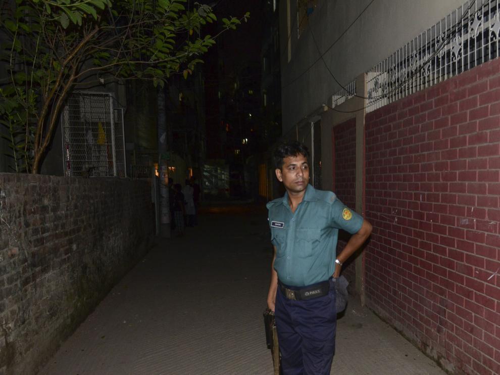 Un policía, en frente del apartamento de uno de los fallecidos.