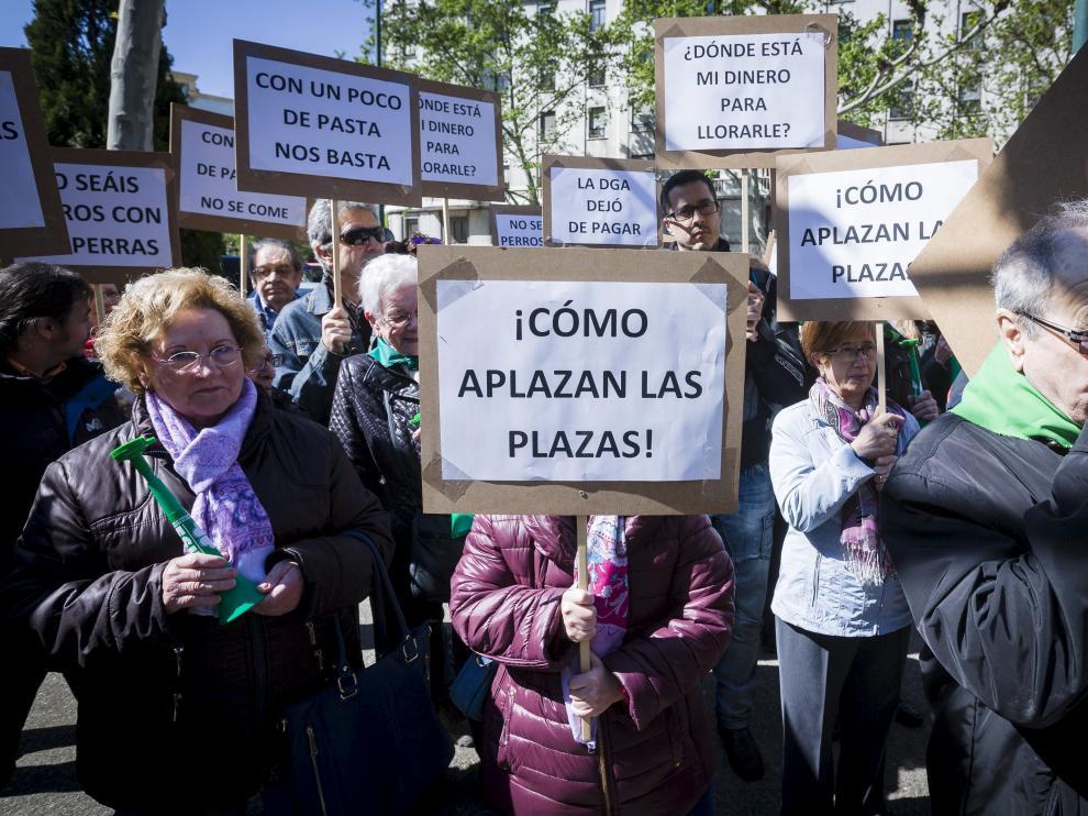 Adislaf protestó ayer ante el Pignatelli para reclamar el pago de la deuda pendiente.