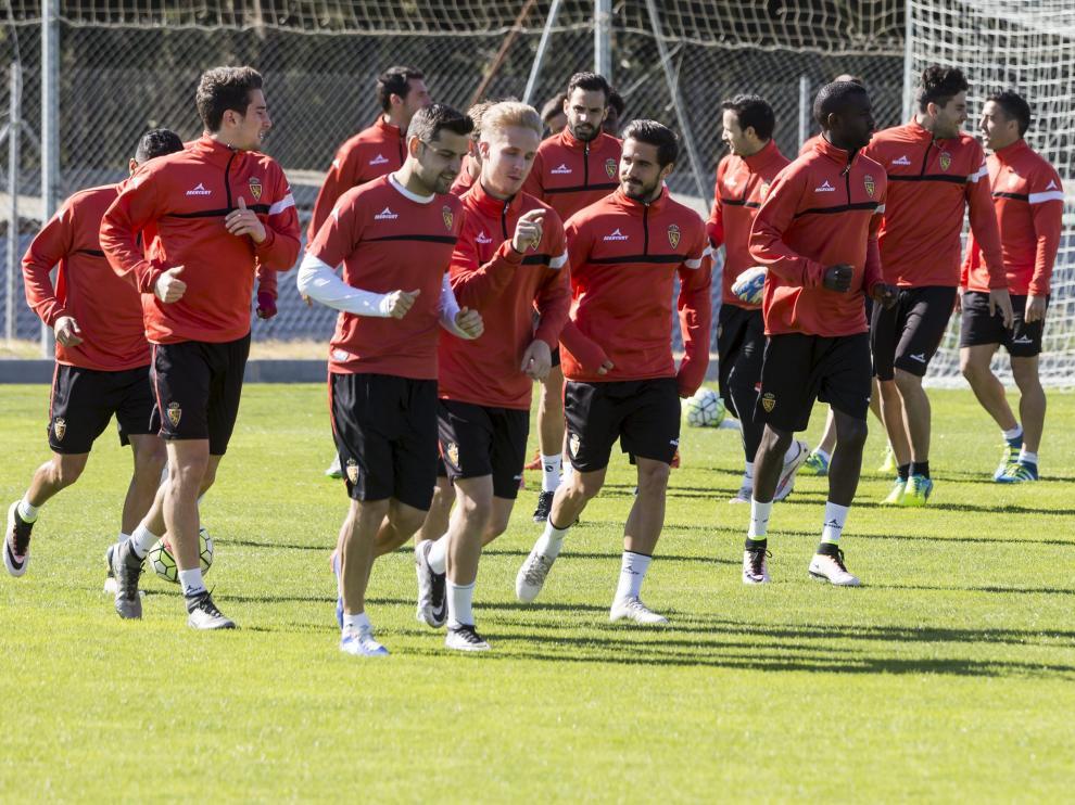 La plantilla del Zaragoza, ayer, feliz, en el entrenamiento.