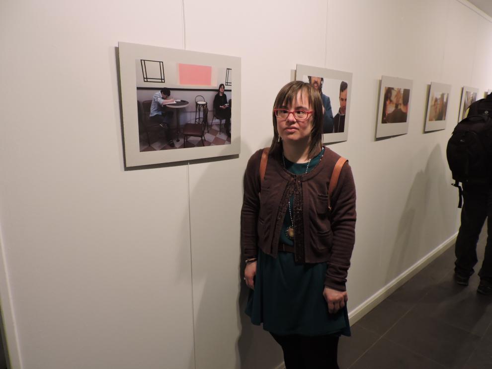 Una de las usuarias de Down Huesca posa ante una de sus fotografías.