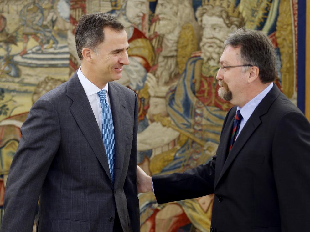 El Rey, con el representante del Foro Asturias, Isidro Martínez Oblancas.