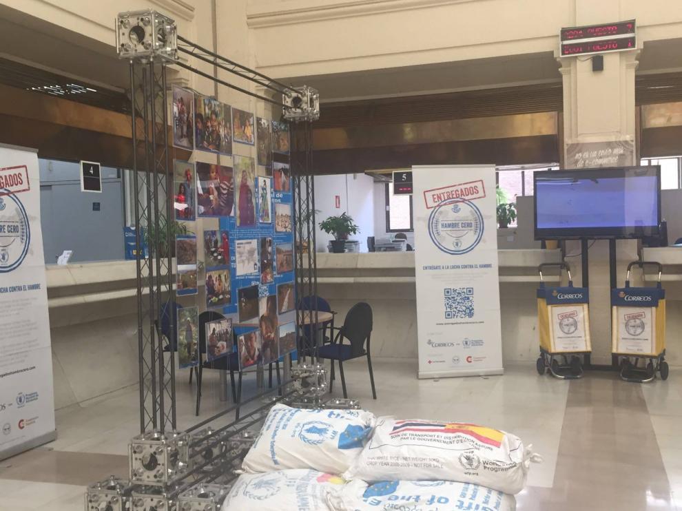 Exposición 'Entregados Hambre Cero' en la Oficina Principal de Correos en Zaragoza.