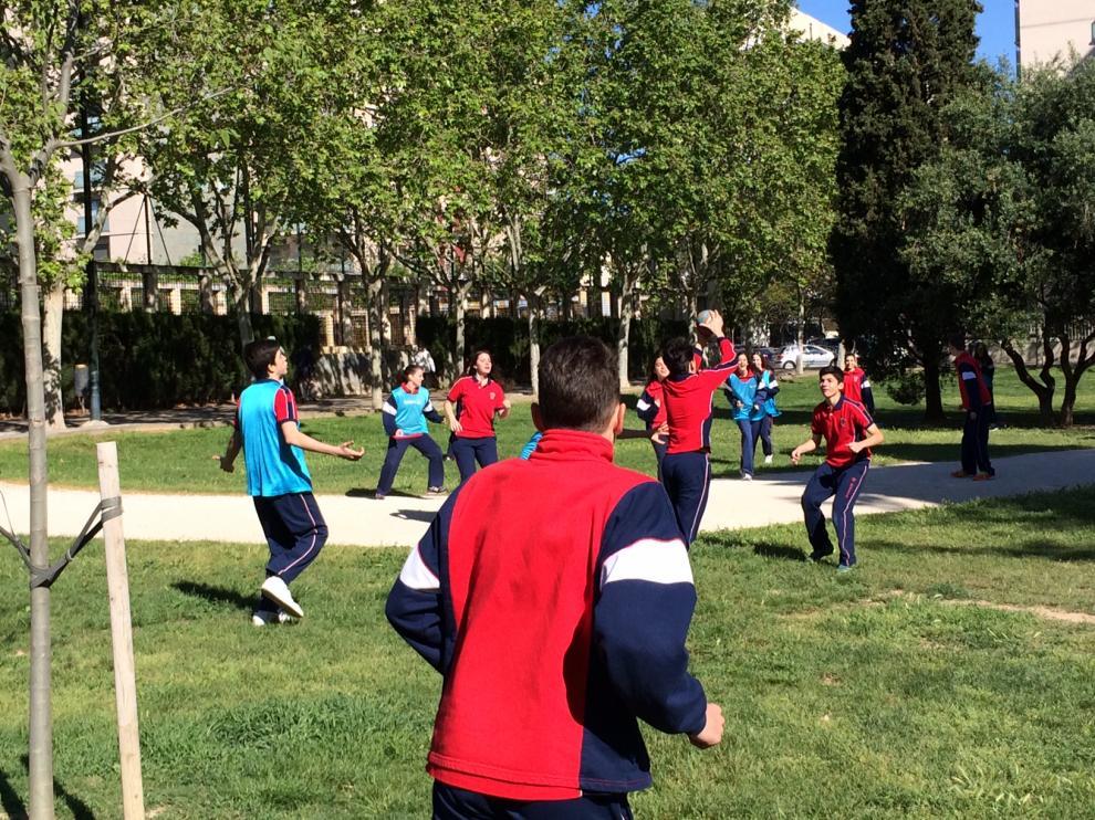 Estudiantes de secundaria participan en el 'Día de la Educación Física en la calle'.