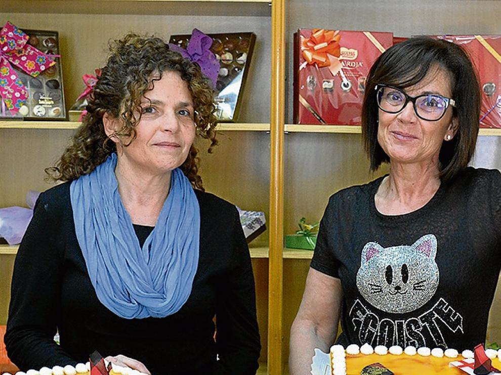 Ana María y Nuria Babot, en la pastelería Babot.