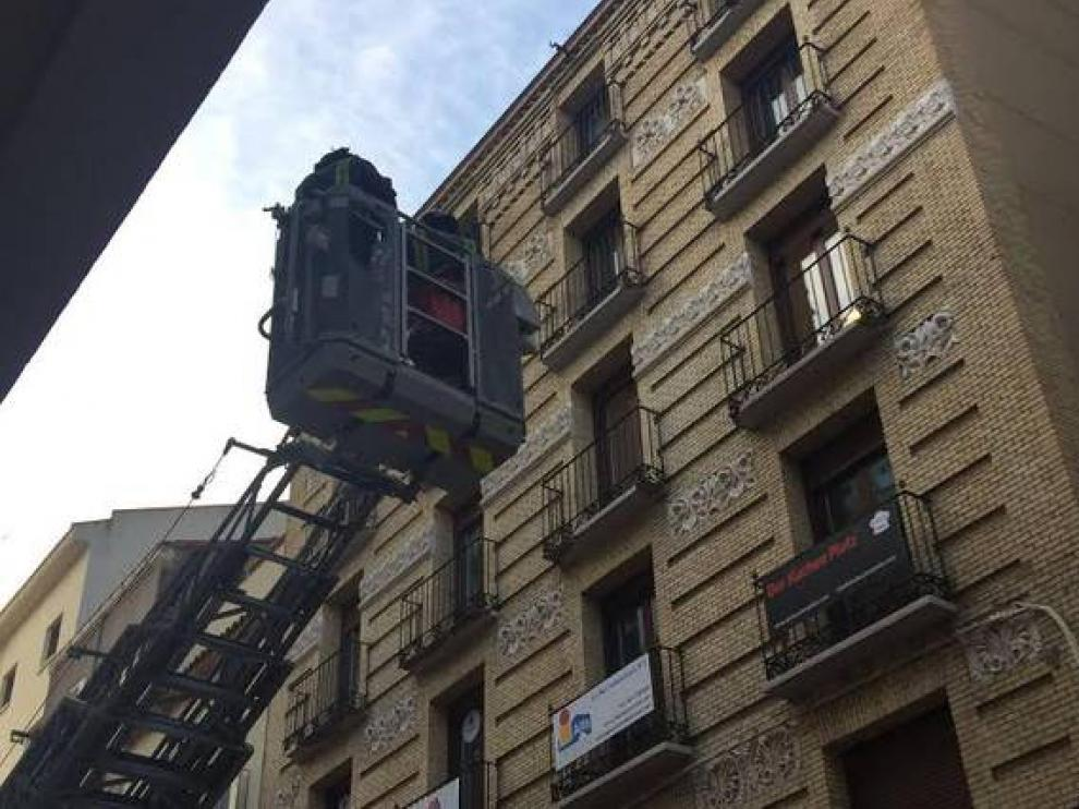 Los bomberos intervienen en un edificio de la calle Cádiz de Zaragoza por desprendimiento de cascotes