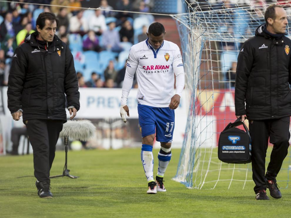 Hinestroza se retira lesionado, durante el partido del domingo contra el Alcorcón