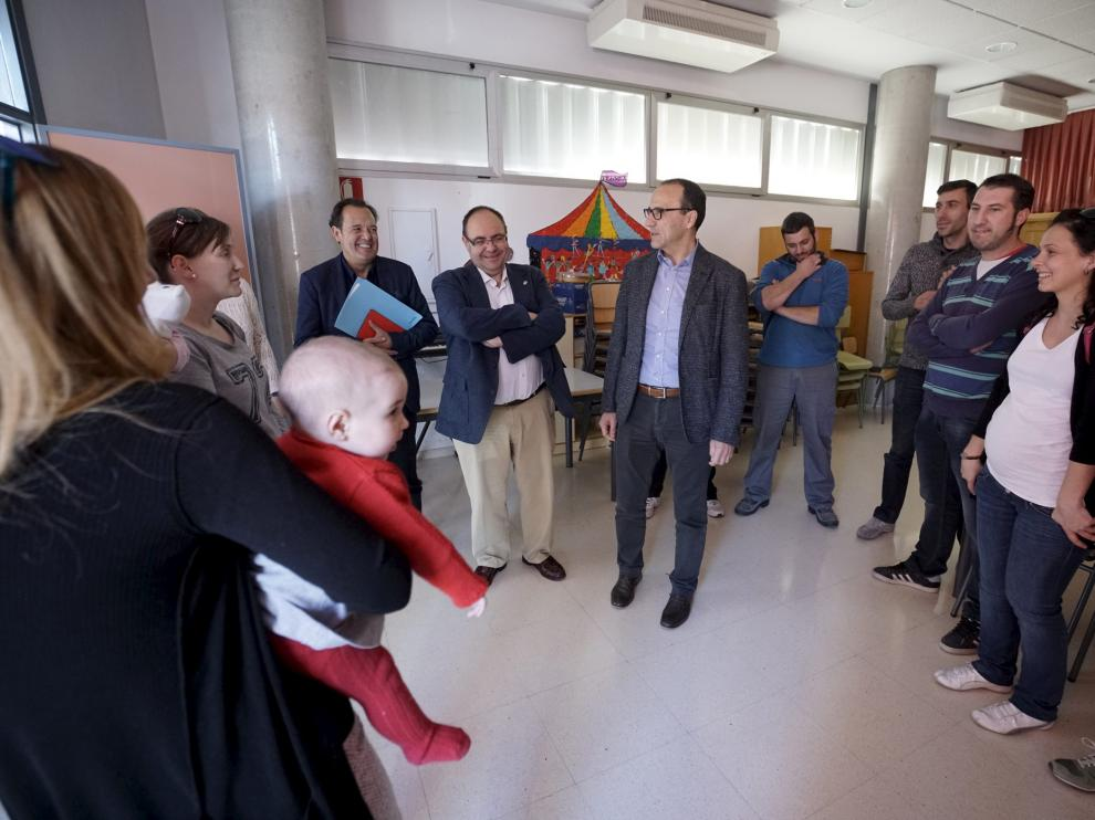 Felipe Faci, en el centro, conversa con un grupo de padres y madres jóvenes.