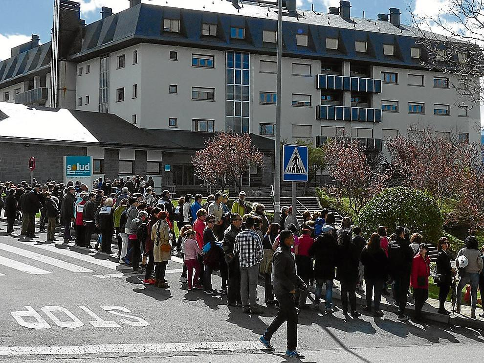 Una gran cadena humana formada por casi 2.000 personas rodeó el 17 de abril el hospital  de Jaca para exigir, una vez más, que se cumpliera la cartera de servicios asignada a este centro y para que los habitantes  puedan tener una sanidad de calidad.