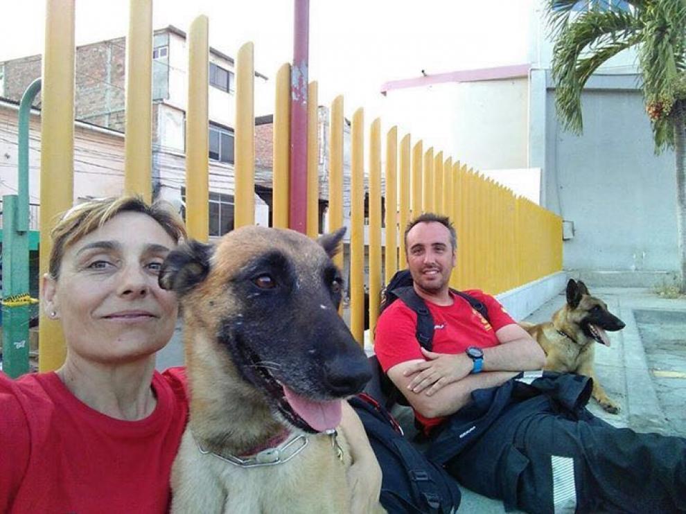 Iván Muñoz y Erco junto al otro equipo de rescate de la Ericam.