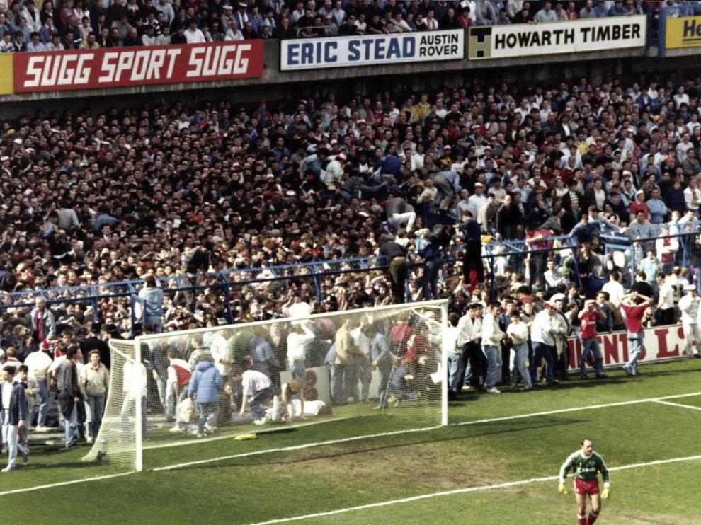 Imágenes de la avalancha humana en el estadio de Hillsborough en 1989.