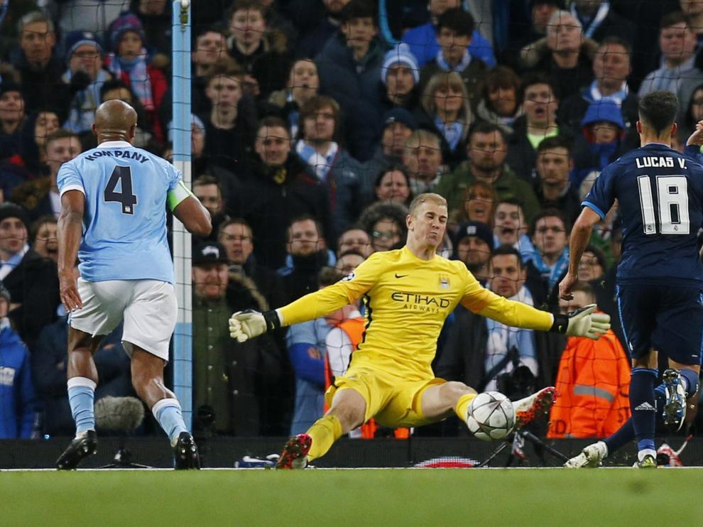 El guardameta del Manchester City, Hart, detiene un lanzamiento a bocajarro.