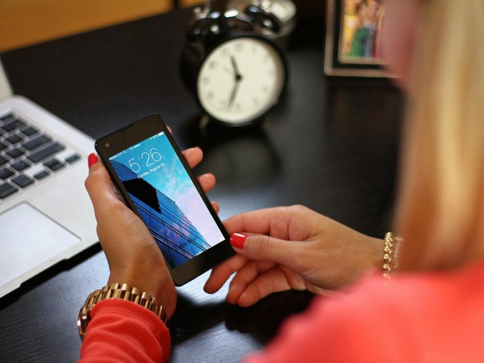 Una mujer maneja un smartphone.