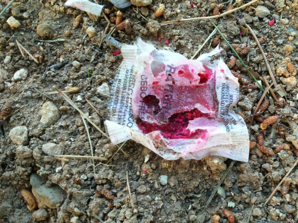 Bolsa de raticida que se ha encontrado en un parque de Montecanal