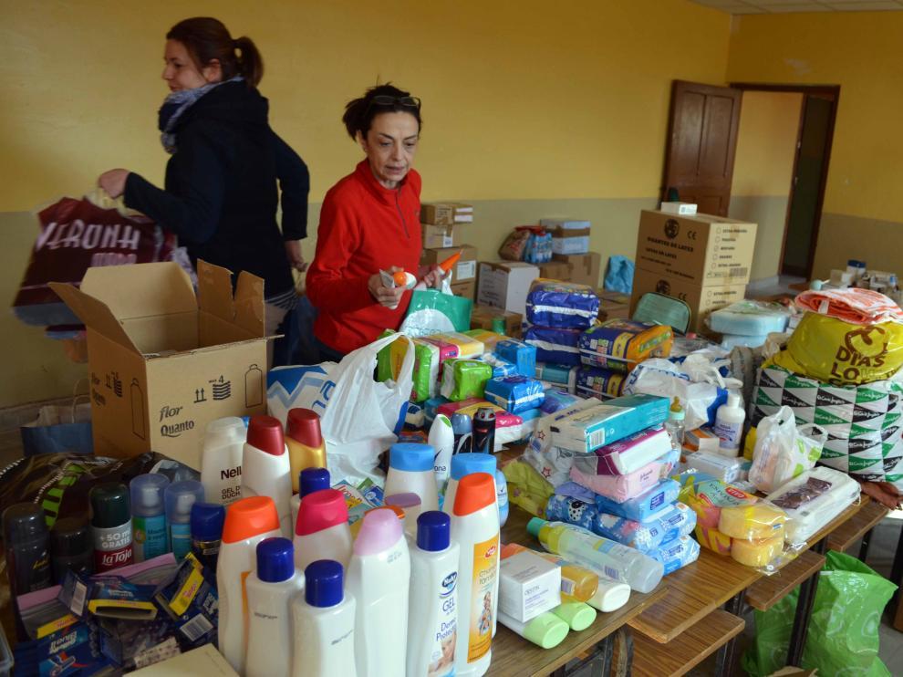 Un grupo de voluntarios clasifica los objetos donados por los turiasonenses.