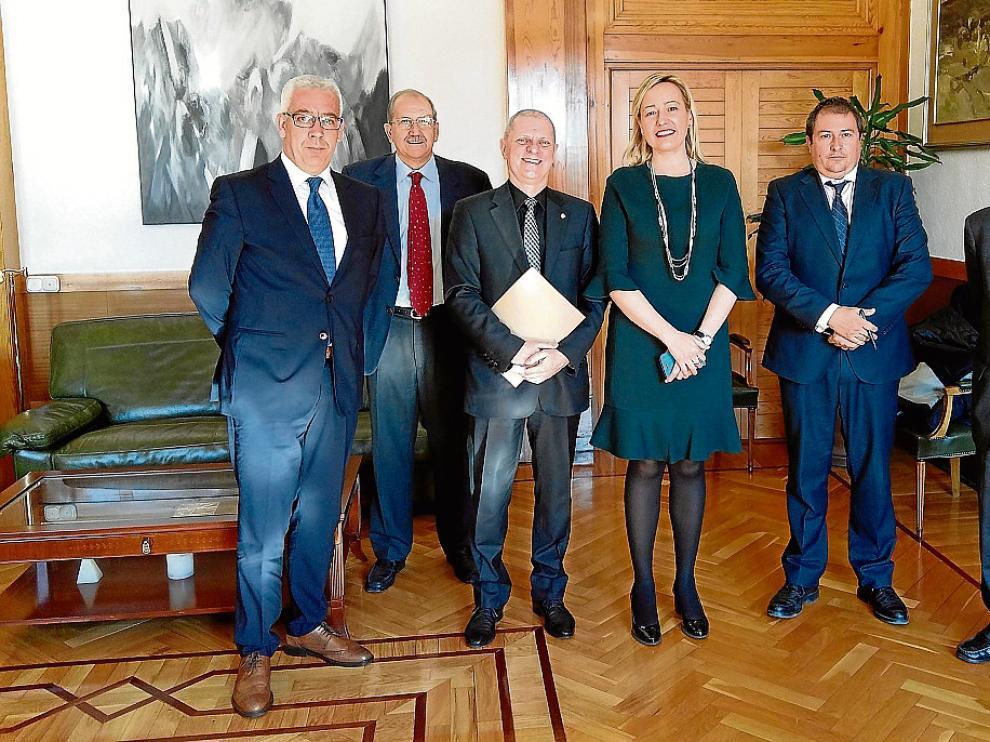 Alberto Rodríguez (asesor de Röchling), Francisco de la Fuente (gerente de Platea), Enzo Magnabosco, Marta Gastón, Luis Lanaspa (director general de Economía) y Ramón Tejedor (gerente del IAF).