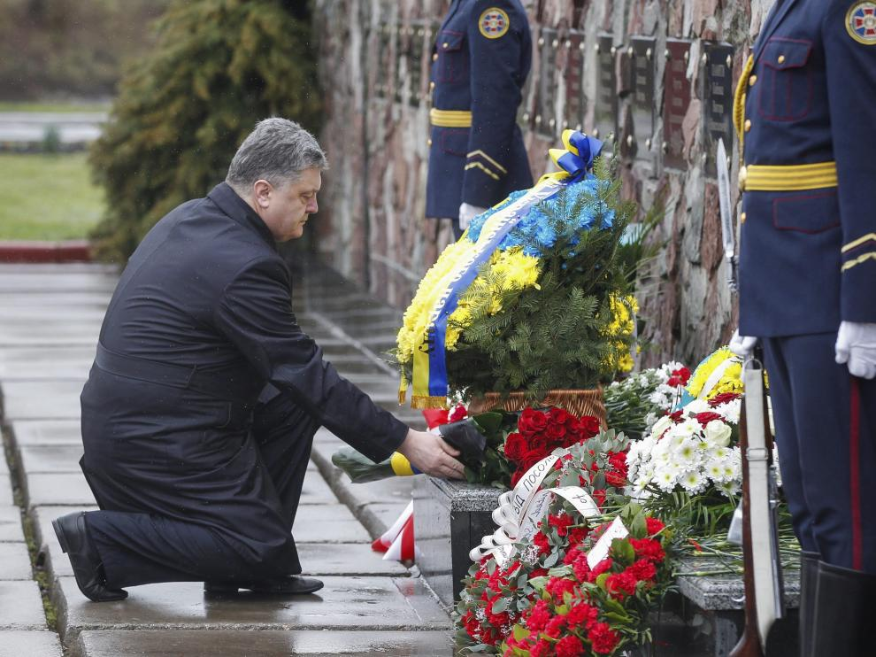 El presidente ucraniano, Petró Poroshenko, deposita unas flores en homenaje a las víctimas de Chernóbil.