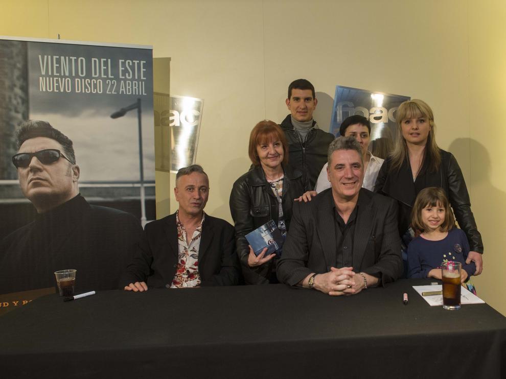 Laurent Castagnet, Julia Saz, Javier Gil, Loquillo, Sonia Santiago, Patricia Marco y Lucía Gil, durante la firma en la Fnac.