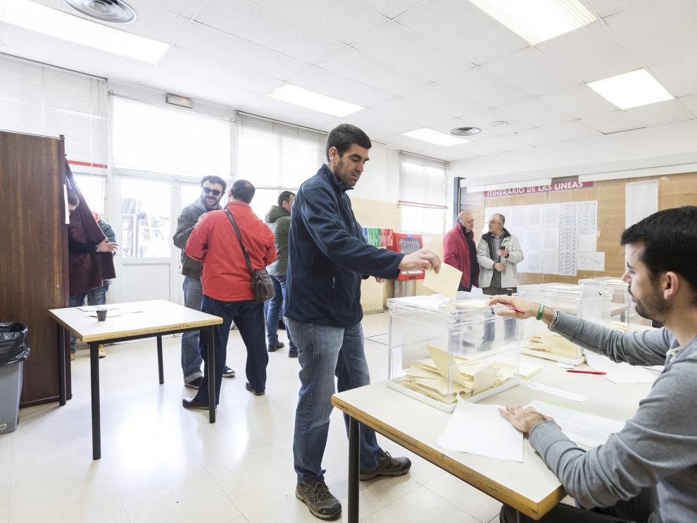Trabajadores de Auzsa votan en el referéndum para decidir sobre el preacuerdo con la empresa.