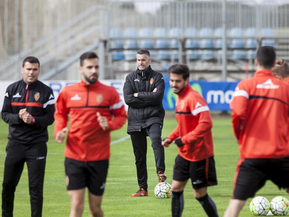 Lluís Carreras, al fondo, y su ayudante, Sergio Dorado, observan el entrenamiento del equipo en la Ciudad Deportiva.
