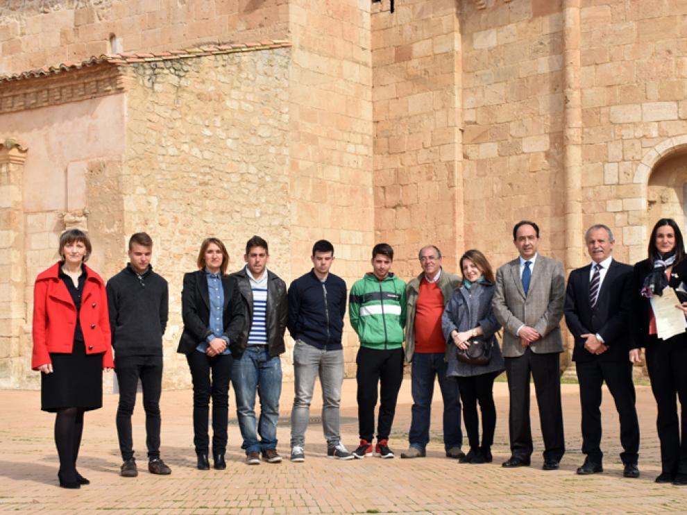 La gerente del Ecyl, el alcalde de Almazán y el delegado territorial con alumnos y profesores del proyecto