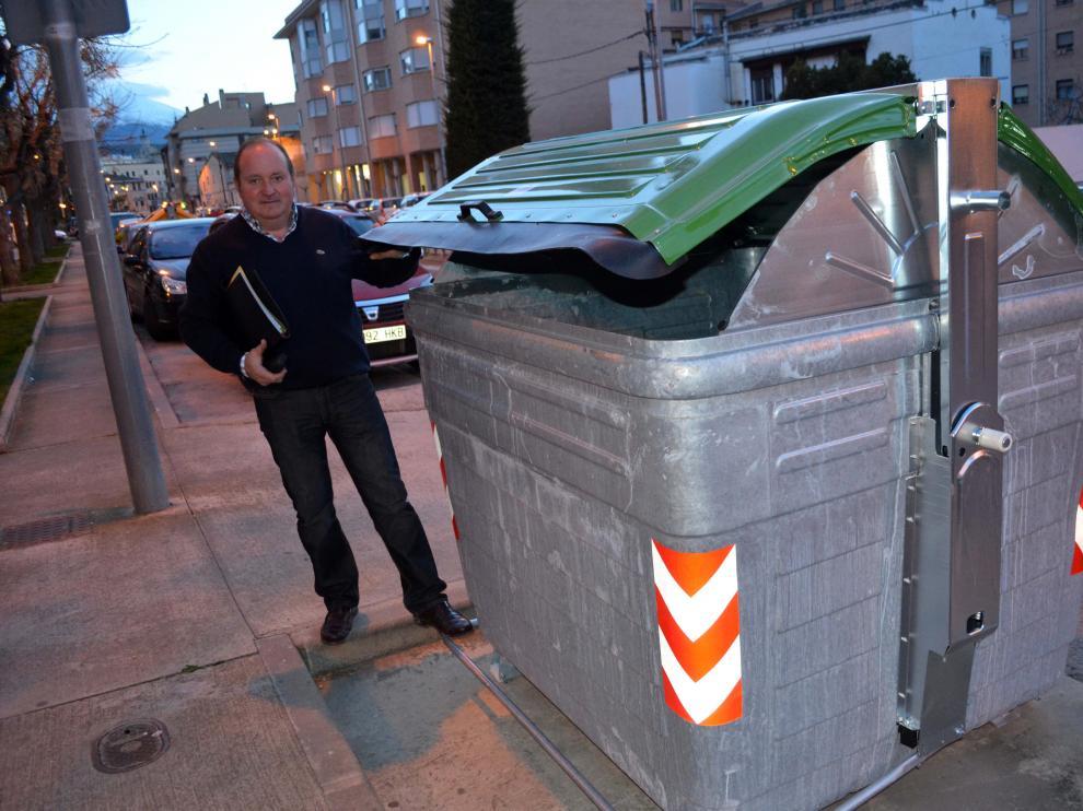 El consejero comarcal de Residuos Sólidos, Pedro José Resano, junto a uno de los nuevos contenedores.