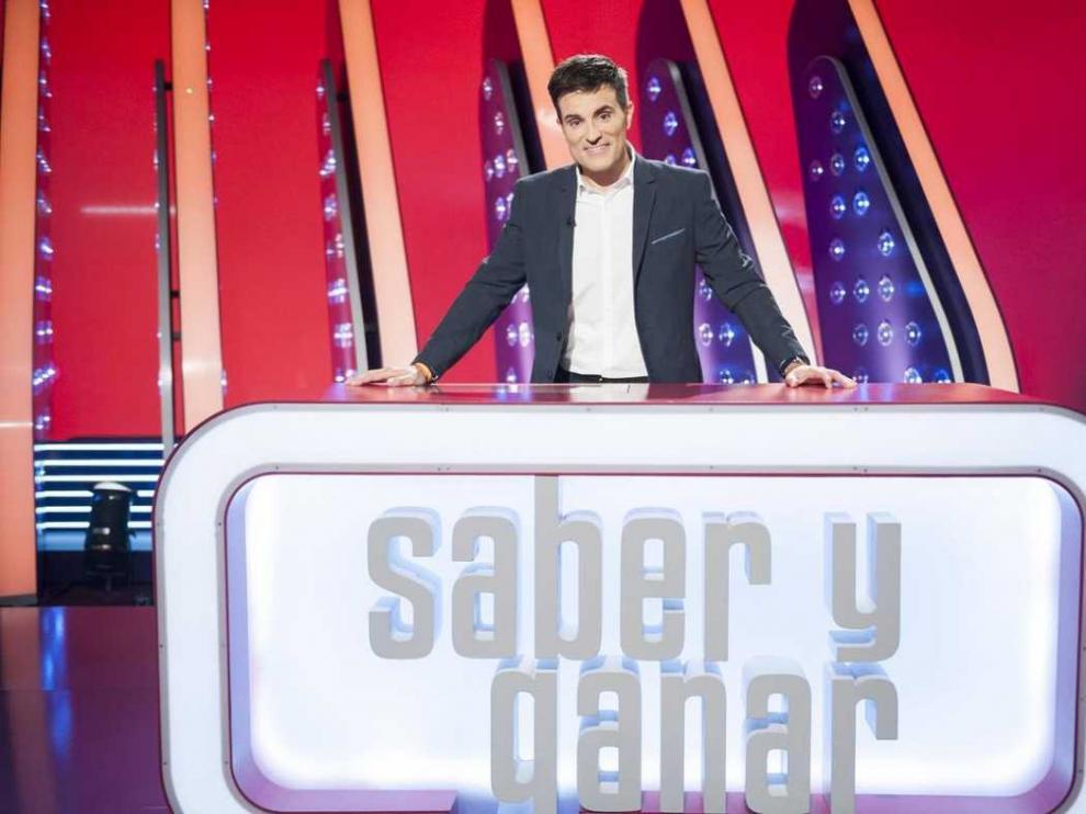 El presentador aragonés Luis Larrodera en el plato de 'Saber y ganar'.
