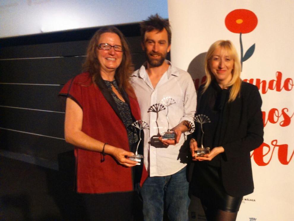Vicky Calavia, primera por la derecha, tras recibir el premio