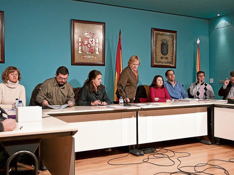 Pleno del Ayuntamiento de La Muela en 2013, con Marisol Aured -de pie- como alcaldesa.