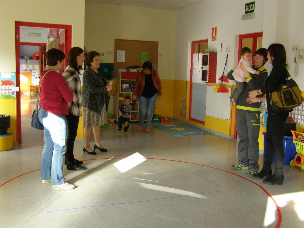 Varias familias visitan la escuela infantil de Tarazona.