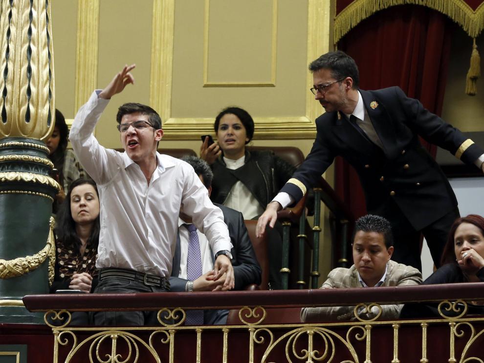 Un joven venezolano militante de un partido opositor pide desde la tribuna de invitados libertad para Venezuela.