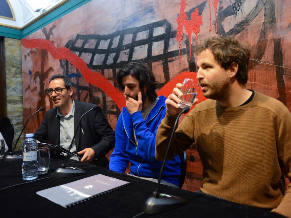 Intérpretes de 'Incómodos', del Teatro Pezkao, en la presentación de la obra.