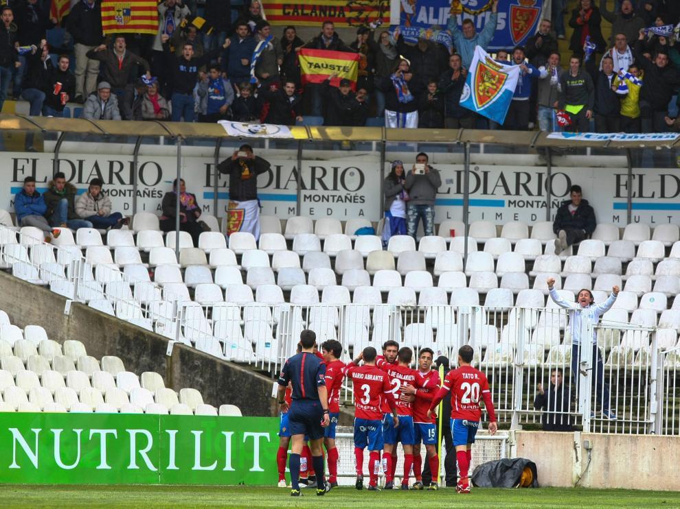 Los jugadores del Real Zaragoza celebran el 0-2 que logró Borja Bastón el año pasado en el partido ante el Racing de Santander en El Sardinero.