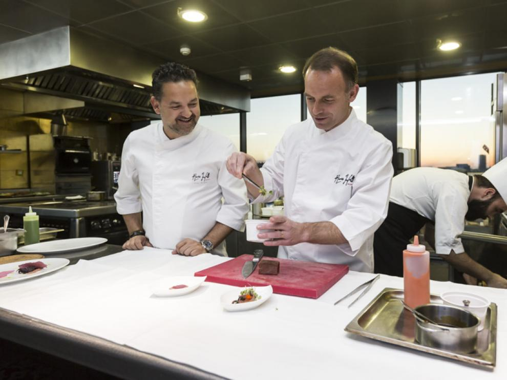 Christian Lapetra, preparando uno de los platos asesorado por el chef Iván Acedo.