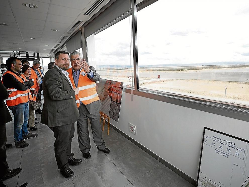 José Luis Soro atiende las explicaciones de Antonio Arrufat en la sala de control.