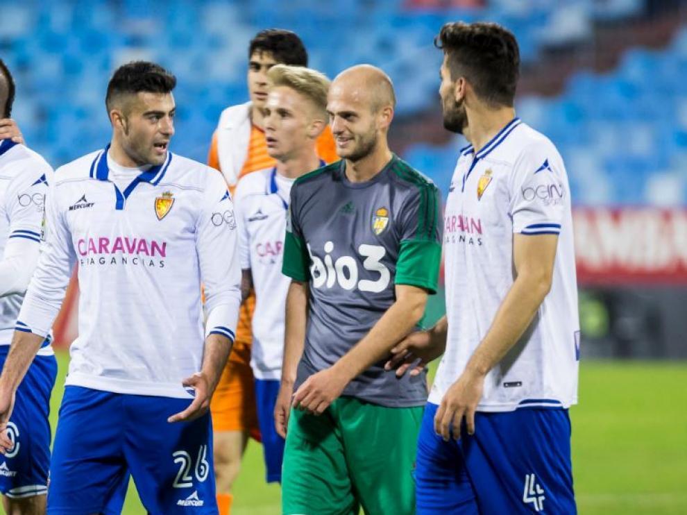 Basha, en el centro, al final del partido que la Ponferradina jugó en Zaragoza en la primera vuelta, charla con Rico, Cabrera, Sergio Gil (con Bono detrás), sus excompañeros el año anterior en el club aragonés.