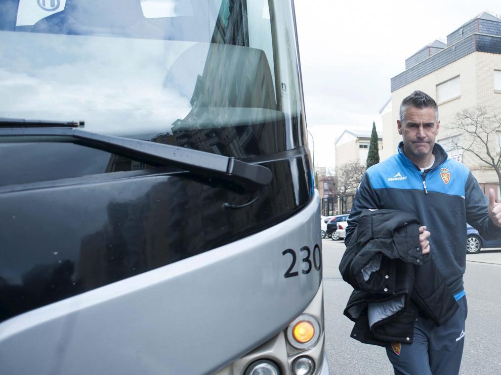 Lluís Carreras hace el gesto del triunfo antes de subir al autocar en el anterior viaje del Real Zaragoza.
