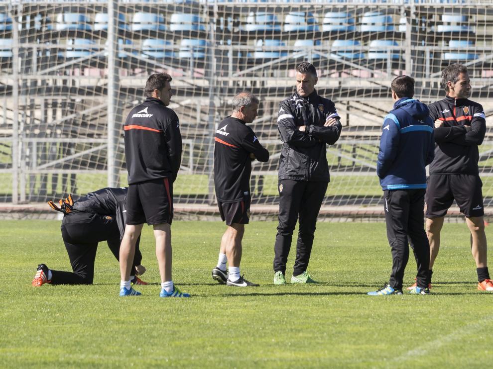Lluís Carreras, rodeado de su cuerpo técnico y auxiliares, en el entrenamiento del pasado lunes.